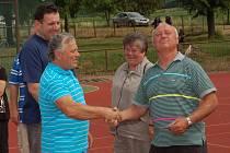 JAN BAUMRUK (vpravo) z Kyšic nemohl chybět při oslavě 100. narozenin tělovýchovné jednoty v Ejpovicích. Byl totiž členem týmu, který se stal v roce 1972 mistrem Československa. Na pamětní medaili, kterou mu předal Jiří Martínek, byl náležitě pyšný.