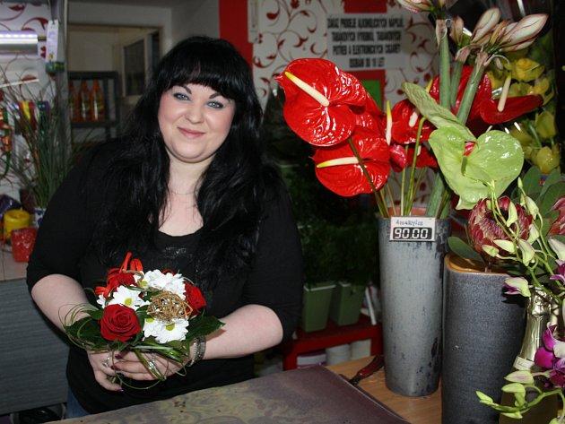 KVĚTINÁŘSTVÍ zaplavují zamilovaní. Svátek svatého Valentýna slaví především mladí lidé. Zdeňka Hacaperková (na snímku) chystá také květiny z čerstvých jahod.