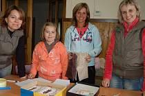 Jana Tomková s dcerou Natálkou, Pavlína Kodetová, Aneta Nová (zleva) i Petra Huclová se zapojily do příprav dětské jarní burzy v Břasích. Sál sokolovny byl plný oblečení, kočárků i hraček.