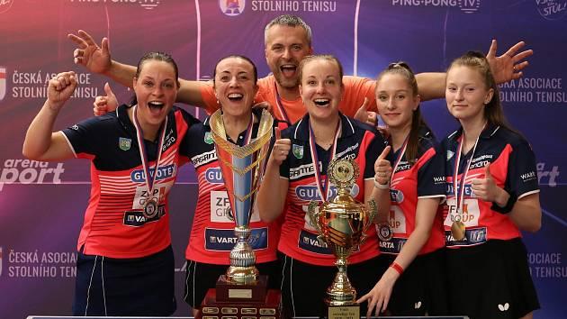 Vítězný tým Břeclavi i s Danou Čechovou a jejím manželem Romanem v roli trenéra.