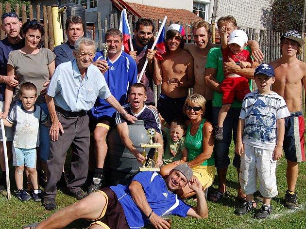Pozadu za mýtem nezůstal s pouťovým programem sousední Kařízek. Fotbalisté obsadili hřiště na okraji obce a v konfrontaci s Chataři i týmem Nádraží se z prvenství radoval místní FC.