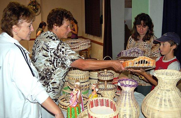 Kornatická vystavovatelka. Naďa Šulová (vpravo) to při kornatických slavnostech neměla do sálu kulturního domu daleko. Obyvatelka vesnice  nabízela návštěvníkům letních slavností výrobky z pedigu.
