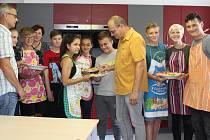 Křest nové školní kuchyňky v devítiletce na Jižním předměstí si nenechali ujít domácí ani hosté. Řediteli Bohumíru Noskovi (vlevo) a vedoucímu odboru školství a kultury města Rokycan Tomáši Hůlkovi se parta osmáků pochlubila i svými  výtvory.