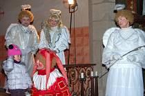 MIKULÁŠSKOU NADÍLKU zprostředkovali v sobotu odpoledne nejmenším obyvatelům Mýta ochotníci ze souboru J. K. Tyla. Pozvali kluky i děvčátka do kostela svatého Štěpána a zájem byl obrovský.
