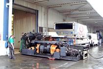 Nový přístroj značky Engel, který včera, 16. března, přivezli do rokycanské firmy EuWe Eugen Wexler, má uzavírací sílu 1500 tun. Vymění lis starý,  jehož uzavírací síla je 1300 tun.