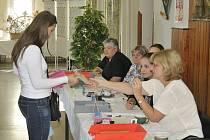 V HRÁDKU byla komise bez televize, a tak si zkrátila čekání na voliče tipovací soutěží.