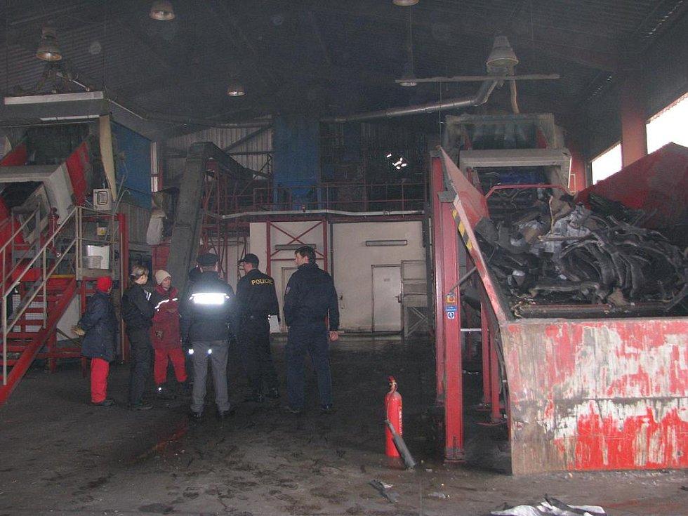 Drtičku u Mýta zasáhl požár. Ničivý oheň a dým ochromily chod drtičky společnosti Rumpold mezi Mýtem a Holoubkovem. S rokycanskými a plzeňskými profesionálními hasiči zde zasahovali i dobrovolníci z  Mýta, Cheznovic a Holoubkova.