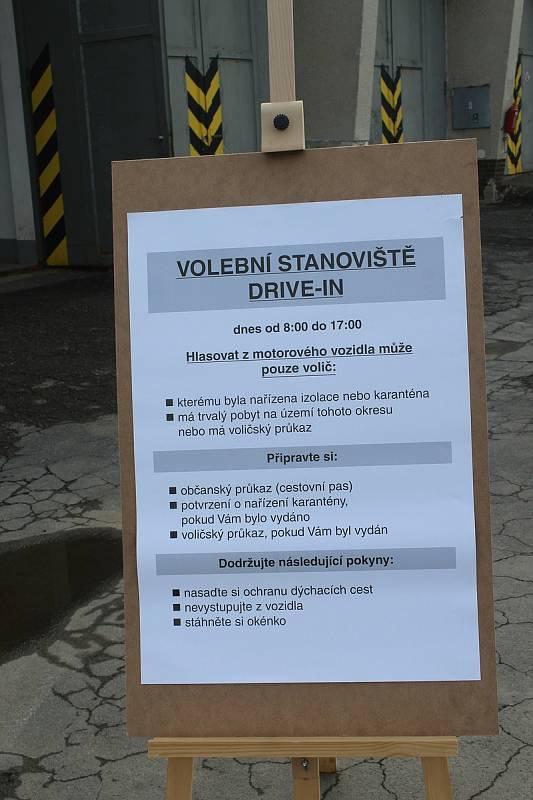 Volební stanoviště pro lidi s Covidem.