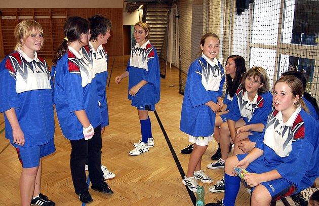 Do včerejšího házenkářského finále základních škol zasáhla také děvčata z radnické devítiletky. V poločase závěrečného vystoupení se Strašicemi měla důvod k úsměvu, neboť vedla 2:0. Náskok pak udržela.