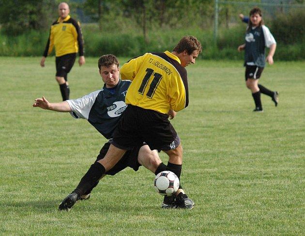 Záložní tým FC Rokycany zvítězil v Holoubkově 2:0. Na snímku z utkání Těškov – Holoubkov je vlevo Josef Pacák v souboji s holoubkovským Petrem Mlezivou (11).