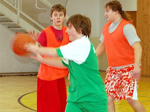 V hale rokycanského gymnázia měli v úterý dopoledne sraz středoškoláci pod bezednými koši. Okresní basketbalové finále vyznělo naprosto jasně pro domácí reprezentanty a druhá skončila partnerská střední odborná škola.