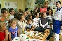 Profesionální kuchař Romane Němec z Červeného Hrádku zahajoval v ejpovické malotřídce školičku vaření. Přichystal dětem menu s pěti chody a na oplátku si odvážel jejich certifikát.
