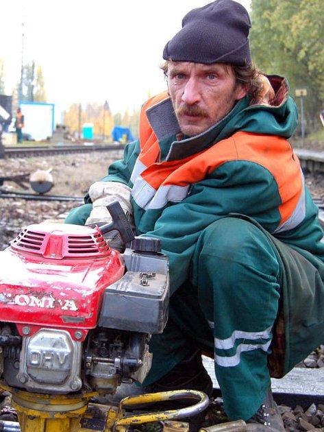 Frekventovanou komunikací z Rokycan na Mirošov motoristé čtyři dny neprojedou. V sobotu začala v Nové Huti náročná rekonstrukce železničního přejezdu.