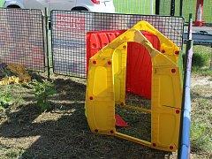 Rozlámaný dětský domeček v areálu FC.