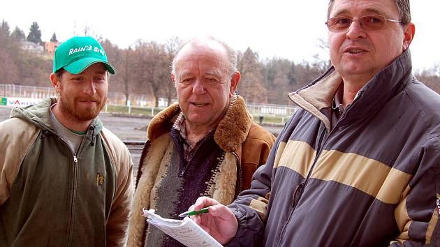 Při pondělním kontrolním dnu harmonogram prací kontrolovali Pavel Jiřinec z firmy na výstavbu hřišť, František Bělka ve funkci dozoru a za klub Václav Kočí (zleva).