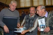 ELITNÍ OPEŘENÉ LETCE představili organizátoři sobotní výstavy v Oseku. Ředitelem expozice byl domácí Bohumil Sinkule (uprostřed), vlevo je Lubomír Neblecha z Radnic a vpravo Václav Kratochvíl z Volduch.