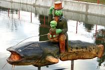 Na hladině rybníčku v centru Plískova se usadil vodník se svým potomkem a také obří sumec. Pocházejí z dílny Josefa Machatého.