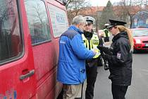 TISKOVÁ MLUVČÍ PČR HANA KROFTOVÁ (na snímku)  se včera zúčastnila policejních kontrol zaměřených na hloubku dezénu na pneumatikách.