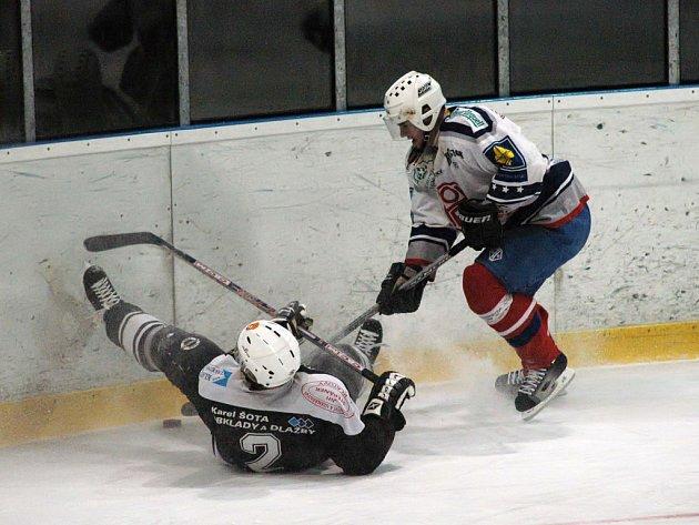 Hokejisté SKP Rokycany prohráli v sobotním utkání krajského přeboru s SKP Klatovy 1:7. Zákrok rokycanského Radka Jonáše (vpravo) na Pavla Vítka (2) z desáté minuty první třetiny se neodehrával zrovna v rukavičkách.