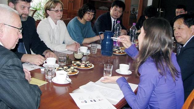Starosta Rokycan Jan Baloun s kolegy Marií Hlávkovou a Jaroslavem Mrázem přijali delegaci z čínského města Hangzhou.