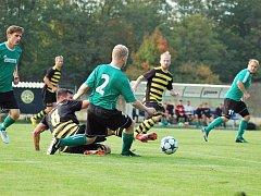 Fotbalisté Rokycan (na archivním snímku v zelených dresech) v zápase na půdě Chotíkova.