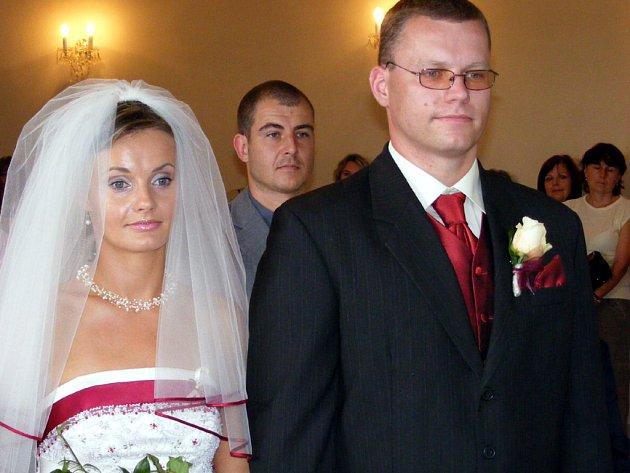 Magické datum nenalákalo ani Janu Průchovou z Hrádku a Pavla Adamce z Rokycan. Svazek manželský uzavřeli v sobotu na zámku v Mirošově.