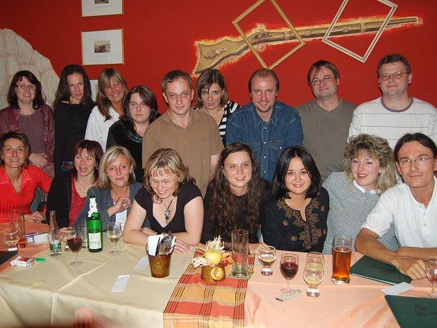 V restauraci rokycanské Střelnice si dali v pátek sraz bývalí gymnazisté ze 4. C.