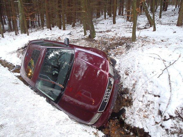 I přesto, že dopravní nehoda vypadala dramaticky, naštěstí vyvázl řidič pouze s poraněním hlavy.