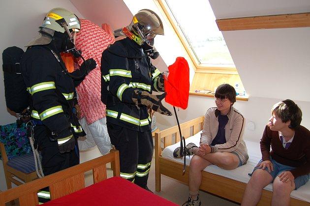 Zvíkovečtí hasiči absolvovali včera cvičení v Chaloupce. Což je jede z objektů zdejšího sídla mentálně postižených dívek a žen, kde je umístěno 29 obyvatelek. Některé z nich byly ´zachráněny´ s pomocí dýchacích přístrojů.