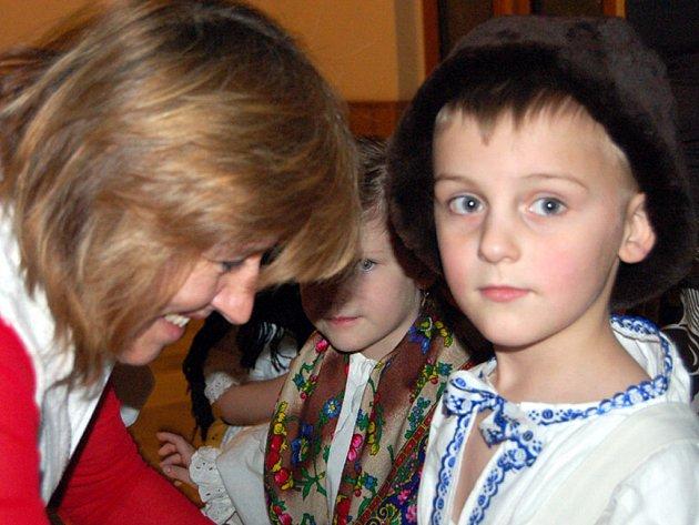 Pořad Koleda, koleda se v sobotu týkal v sokolovně  i těch nejmenších. Jana Petříčková pomáhala s úpravou oděvu Adamu Hodinovi.