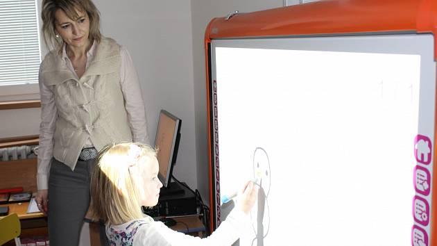 INTERAKTIVNÍ tabule je pro Motýlky (třetí třída MŠ ve Školní ulici) lákadlem. Včera tu Lukáš Dongres dotvářel sněhuláka s učitelkou Květuší Hrnčířovou.