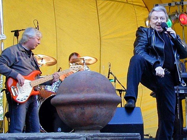 Václav Neckář se po těžké nemoci zase vrátil na koncertní pódium a ve zbirožském zámku se stal miláčkem publika.
