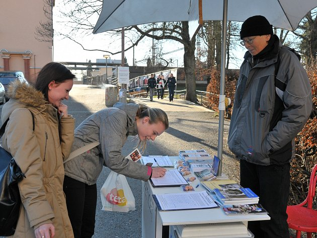 ROZPORUPLNÉ REAKCE budila výstava velkoformátových fotografií v Rokycanech. V úterý u vlakového nádraží, včera pak na Masarykově náměstí. Organizátoři k ní sbírali ještě podpisy na petiční archy.