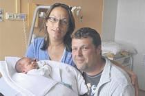 Janek VEDRAL z Nýřan bude mít ve svém rodném listu datum narození 8. června. Rodiče Květa a Pavel věděli dopředu, že jim domů k Patrikovi (20 let) a Pavlíkovi (14 let) přibude třetí kluk. Malý Janek vážil při narození 3470 gramů, měřil 51 cm.