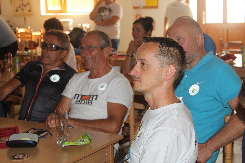 Olympijský závod horských kol sledovali fanoušci ve stupenské restauraci
