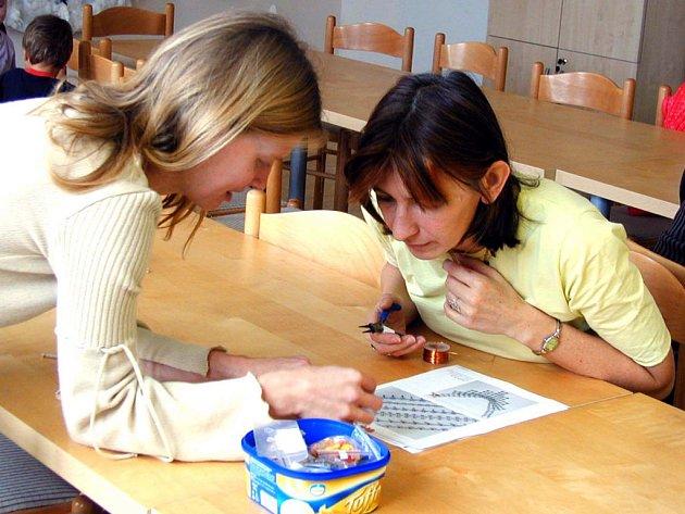 Šperk z drátků a korálků si vlastnoručně zhotovily ženy v mateřském klubu. Do díla se pustila i Jarka Hamáčková (vpravo), které s postupem práce radila Lucie Reischigová.