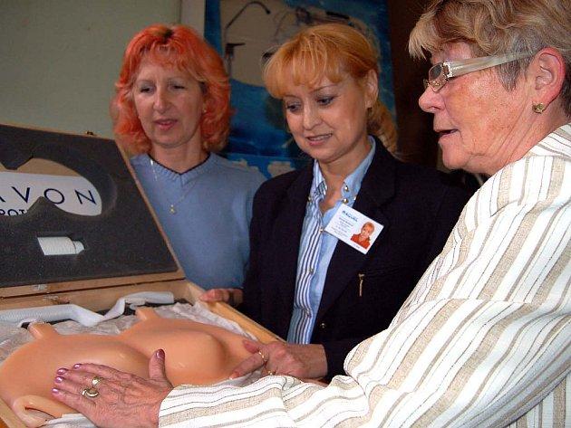 Hannah Bartíková (uprostřed) dovezla na sobotní Den pro zdraví do Rokycan maketu ženského poprsí se zabudovanými nádory. Model zaujal i Jitku Vaňkovou (vlevo) a Aničku Šímovou ze zdejšího Onko klubu.