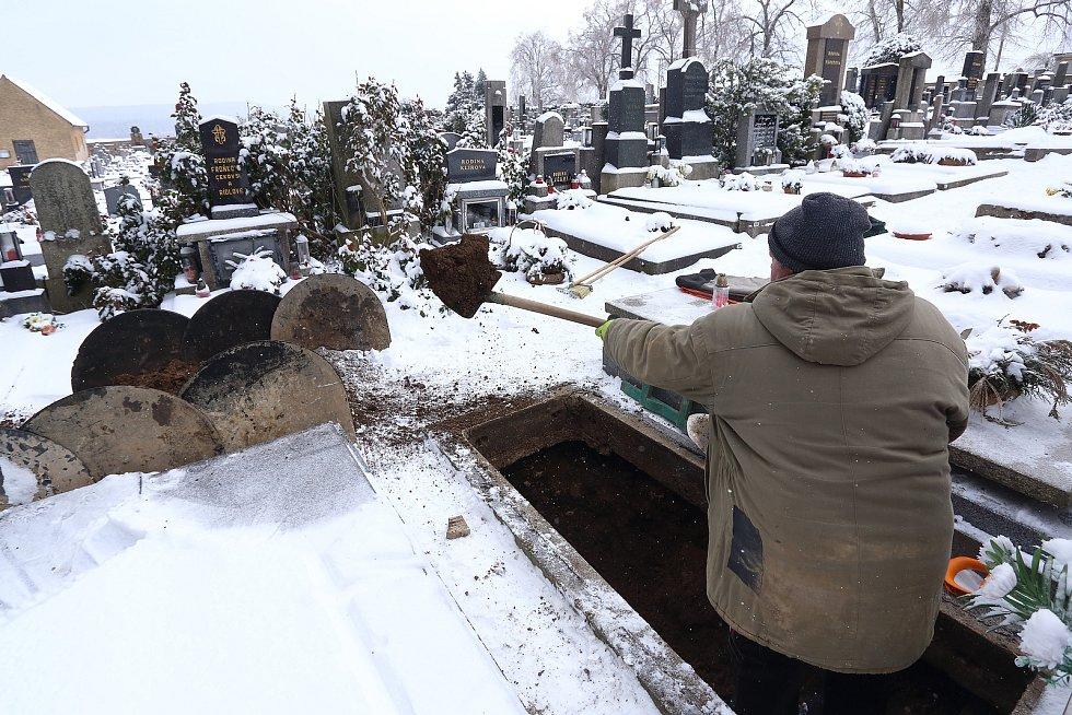 Milan Kučera s manželkou Janou se hrobnickému řemeslu věnují už více než třicet let. Vykopání nebo prohloubení hrobu teď v zimních měsících je náročnější kvůli promrzlé půdě nebo přimrzlé krycí kamenné desce, která hrobová místa zakrývá.