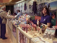 Lucie Nosková  z plzeňského Informačního centra Bavorský les-Šumava prodává bylinné likéry a jiné pochutiny .