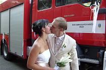 V Březině vstupovali do stavu manželského Martin Podaný se Sabinou Staňkovou. Přesun do zbrojnice k hostině absolvovali v zásahovém vozidle MAN.
