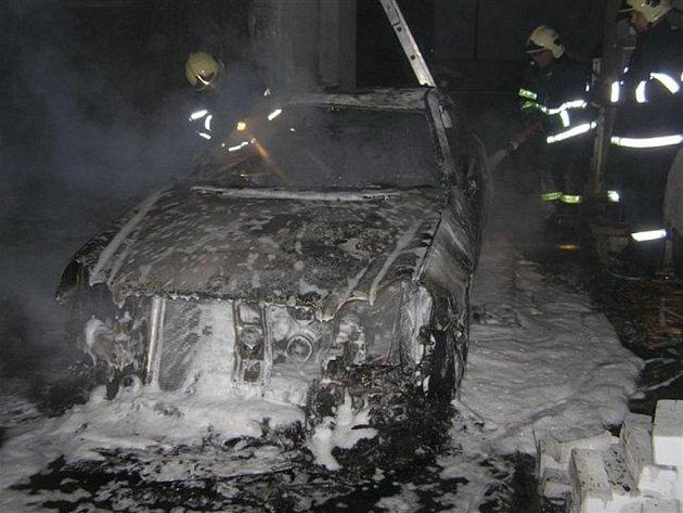 Požár ohrozil i budovu veřejných záchodků na Masarykově náměstí. Škody se tak vyšplhaly na devět set tisíc korun.