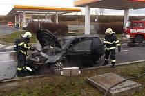 HASIČI likvidovali v pondělí před polednem hořící automobil na čerpací stanici u Svojkovic. Motoristka jej zde ponechala a šla do obchodu. Příčinou požáru je zřejmě technická závada.