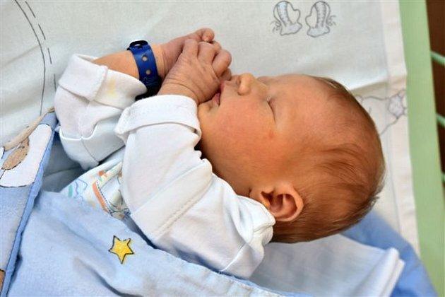 Miloslav Kamil VLČEK z Hrádku si pro svůj příchod na svět vybral datum 7. června. Narodil se v půl druhé odpoledne. Manželé Alena a Miloslav věděli dopředu, že jejich první miminko bude kluk. Malý Miloušek vážil 3800 gramů, měřil 51 cm.