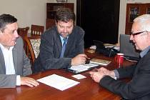 O podchodech rokovali s představiteli radnice zástupci Česských drah. Se starostou Janem Balounem a místostarostou Jaroslavem Mrázem diskutuje František Čížek .