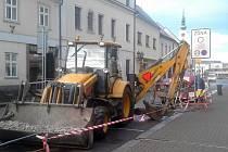 HAVÁRIE vodovodní přípojky na Malém náměstí v Rokycanech si včera vyžádala okamžitý zásah společnosti Veolia. Během několika minut byla závada odstraněná.