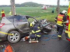 Zraněného řidiče toyoty museli hasiči z auta vystříhávat hydraulickými nůžkami.
