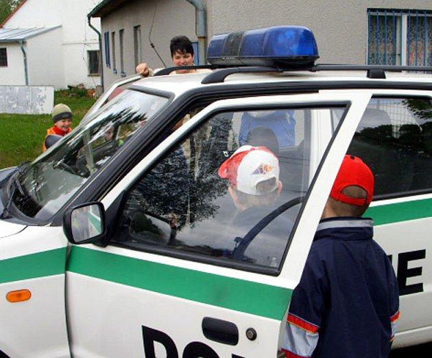 Policisté besedovali s dětmi z mateřské školky v Příkosicích.