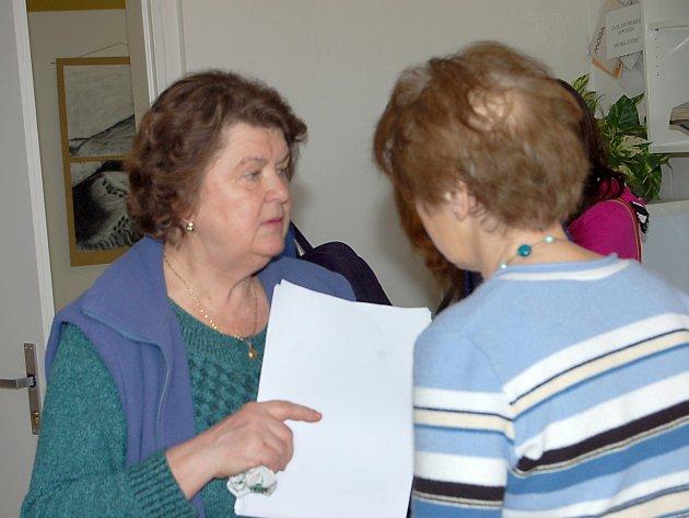 Milena Vatahová(vlevo) posuzovala také včera práce účastníků biologické olympiády.