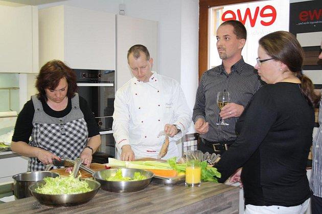 Vaření je zábava a nejlépe se vychutná při skleničce vína. Zastáncem tohoto názoru je i Michal Štochl (druhý zprava). Ještě lepší je ale pozvat si mistra kuchaře, jakým je Radek Šubrt (druhý zleva), aby to partě zájemců předvedl.