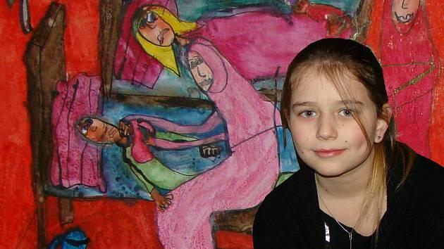 Hana Orcígrová, oceněním stříbrná účastnice celostátní výtvarné soutěže zaměřené na Anežku Českou, převzala cenu v Anežském klášteře. Při současně zahajované výstavě děl mladých umělců je zachycená před panelem vítězných prací (v pozadí  její vlastní).